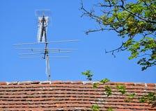 Fernsehantenne auf dem Dach Stockfotografie