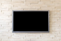 Fernsehanzeige auf modernem Backsteinmauerhintergrund mit schwarzem Schirm Stockfoto