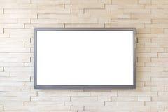 Fernsehanzeige auf modernem Backsteinmauerhintergrund mit weißem Schirm Lizenzfreie Stockfotos