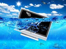 Fernsehapparat im Meer Stockfotografie