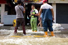 Fernsehapparat-Team, das einen Report über die Flut bildet lizenzfreies stockbild