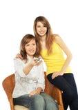 Fernsehapparat Uhr der jungen Frauen Stockfoto
