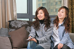 Fernsehapparat Uhr des jungen Mädchens zwei Lizenzfreie Stockfotos