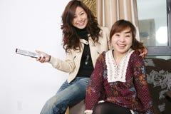 Fernsehapparat Uhr mit zwei Frauen Stockfotografie