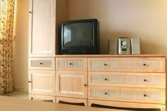 Fernsehapparat und Stereoanlage auf Kabinetten Lizenzfreie Stockfotos