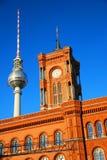 Fernsehapparatkontrollturm und Stadt-Halle Lizenzfreie Stockfotos