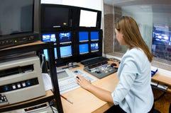 Fernsehdirektor am Herausgeber lizenzfreies stockfoto