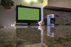 Fernsehen auf Marmortabelle Stockfotos