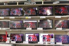 Fernsehen auf Regalen Lizenzfreie Stockfotos