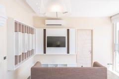 Fernsehen im Luxushaus- oder Ausgangsentwurf im Wohnzimmer von Poollandh?usern Luftiger und heller Raum, Innen stockfoto