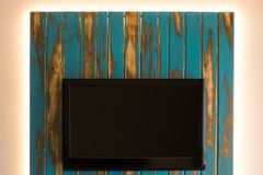 Fernsehen mit selbst gemacht LED-Rückseitenwand stockbilder