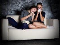 Fernsehen zwei Blicke des jungen Mädchens Stockfotos