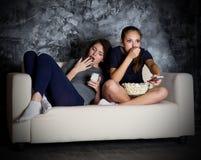 Fernsehen zwei Blicke des jungen Mädchens Lizenzfreies Stockfoto