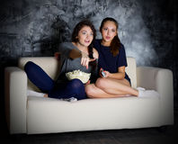 Fernsehen zwei Blicke des jungen Mädchens Lizenzfreie Stockbilder