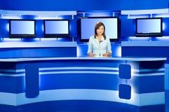 Fernsehenankerfrau am Fernsehstudio Lizenzfreie Stockbilder