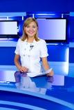 Fernsehenankerfrau am Fernsehstudio Lizenzfreie Stockfotos