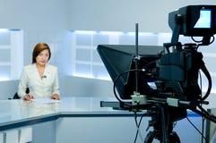 Fernsehenankerfrau während der Phasensendung Stockfoto