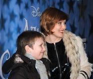 Fernsehenstern Elena Ischeeva mit seinem Sohn an Lizenzfreie Stockbilder