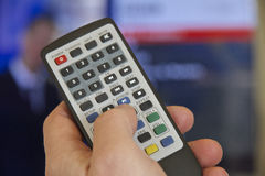 Fernsehfernbedienung und -hand Stockfotografie