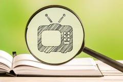 Fernsehführer mit einer Bleistift-Zeichnung Stockbilder