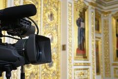 Fernsehkamera an der Kirche. Lizenzfreie Stockbilder