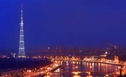 Fernsehkontrollturm mit Nachtbeleuchtung. Stockfotografie