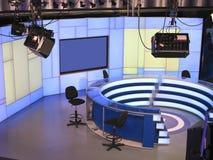 Fernsehnachrichten-Studio mit der hellen Ausrüstung bereit zum Notieren lizenzfreies stockfoto