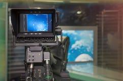 Fernsehnachrichten-Studio mit Kamera und Lichtern stockbilder