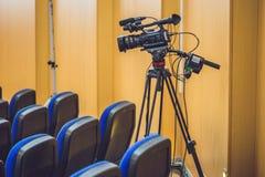 Fernsehnachrichten-Studio mit Kamera und Lichtern lizenzfreies stockbild