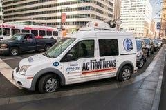 Fernsehnachrichtenpackwagen geparkt vor Rathaus in der Mittelstadt auf diesem Datum lizenzfreie stockfotos