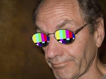 Fernsehprüfungsmuster reflektiert in den Brillen Stockfotografie
