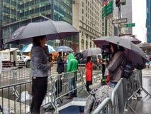 Fernsehreporter auf 5. Allee, nahe Trumpf-Turm, NYC, USA Lizenzfreie Stockfotos