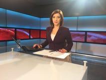 Fernsehreporter am Nachrichtenschreibtisch lizenzfreie stockfotografie