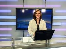 Fernsehreporter am Nachrichtenschreibtisch stockfotos
