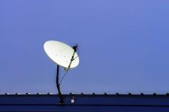 Fernsehsatellitenschüssel auf blauem Himmel Stockfotos
