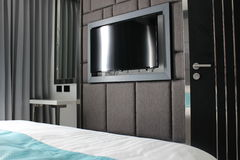 Fernsehschirm im Schlafzimmer einer modernen Wohnung lizenzfreie stockfotos