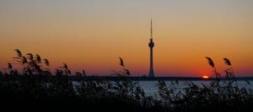 Fernsehsendungs-Turmschattenbild bei Sonnenuntergang Techirghiol Eforie Constanta Rumänien Stockfotografie