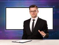 Fernsehsendungswirt mit großem Kopienschirm in seinem zurück Lizenzfreies Stockfoto