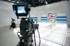 Fernsehstudio mit Kamera und Lichtern stockfoto