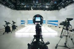 Fernsehstudio mit Kamera und Lichtern stockfotografie