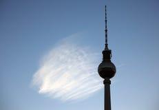 Fernsehturm con la nube en el Alexanderplatz en Berlín Foto de archivo