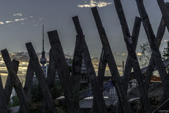 Fernsehturm entre pranchas Imagens de Stock