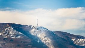 Fernsehturm im Vitosha-Gebirgshuf nach Sofia bulgarien lizenzfreies stockbild