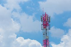 Fernsehturm mit Antennen- und Satellitenschüsseltelekommunikation netw Lizenzfreie Stockfotos