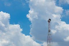 Fernsehturm mit Antennen- und Satellitenschüsseltelekommunikation netw Lizenzfreies Stockfoto