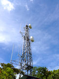 Fernsehturm mit blauem Himmel stockbild