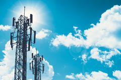 Fernsehturm oder Netztelefon cellsite Schattenbild 3G 4G auf blauem Himmel Lizenzfreie Stockfotografie
