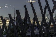 Fernsehturm tussen planken Stock Afbeeldingen