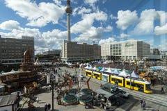 Fernsehturm und Alexanderplatz, Berlin lizenzfreie stockbilder