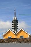 Fernsehturm und hölzerne Häuser Stockfotografie